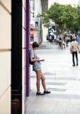 2017 01 06, Madri, Espanha Um livro de leitura da jovem mulher na rua Povos do Madri imagens de stock