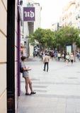 2017 01 06, Madri, Espanha Um livro de leitura da jovem mulher na rua Povos do Madri imagem de stock