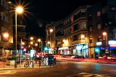Мадрид, Испания 31-ое января 2014 Взгляд улицы ночи используя метод долгой выдержки Славные света и тени города сочетания из на стоковая фотография rf