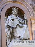 Madrid - Alfonso el Sabio staty från portal av det nationella arkeologiska museet royaltyfri foto