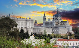 Madrid, Almudena Cathedral och Royal Palace royaltyfri bild