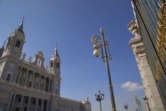 Madrid, Almudena Cathedral un giorno soleggiato luminoso Fotografie Stock Libere da Diritti