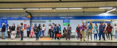 Madrid, Buis, ondergrondse post met forenzen die op trein wachten royalty-vrije stock afbeelding