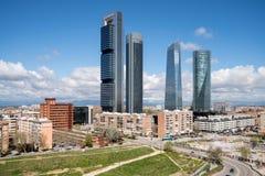 Madrid cityscape på dagen Landskap av Madrid affärsbyggnad på torn fyra Modern hög byggnad i område för affärsområde arkivfoton
