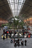 Interior da estação de comboio de Atocha em Madrid, Spain Fotografia de Stock Royalty Free