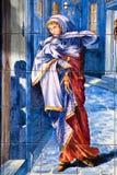 Madrid - December symbolisch als vrouw in koud doorstaat op ceramische platen stock afbeeldingen