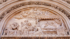 Madrid - Detail van Geboorte van Christusscène van hoofdportaal van gotische kerk San Jeronimo el Rea stock foto's