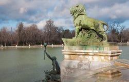 Madrid - detalle de la fuente delante del monumento de Alfonso XII en el parque de Buen Retiro Imagen de archivo libre de regalías