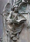 Madrid - dettaglio dell'angelo dal portone bronzeo moderno della cattedrale di Almudena Fotografie Stock