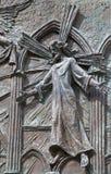 Madrid - dettaglio di Gesù dal portone bronzeo moderno della cattedrale di Almudena Fotografia Stock