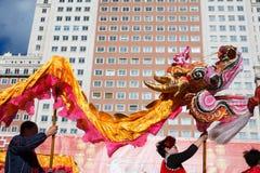 02/21/2015, Madrid, España Danza del dragón en el Año Nuevo chino Fotos de archivo libres de regalías