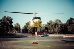 MADRID, ESPAÑA - 3 DE AGOSTO: Encienda el helicóptero pesado del rescate con el cubo de agua, va a un fuego en Madrid el 3 de agos Foto de archivo