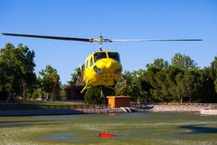 MADRID, ESPAÑA - 3 DE AGOSTO: Encienda el helicóptero pesado del rescate con el cubo de agua, va a un fuego en Madrid el 3 de agos Imagen de archivo