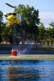 MADRID, ESPAÑA - 3 DE AGOSTO: Encienda el helicóptero pesado del rescate con el cubo de agua, va a un fuego en Madrid el 3 de agos Fotografía de archivo libre de regalías