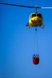 MADRID, ESPAÑA - 3 DE AGOSTO: Encienda el helicóptero pesado del rescate con el cubo de agua, va a un fuego en Madrid el 3 de agos Fotos de archivo libres de regalías