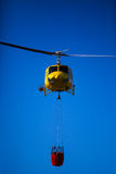 MADRID, ESPAÑA - 3 DE AGOSTO: Encienda el helicóptero pesado del rescate con el cubo de agua, va a un fuego en Madrid el 3 de agos Fotografía de archivo