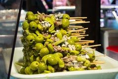 MADRID, ESPAÑA - 12 DE FEBRERO DE 2017: Bocados tradicionales españoles con las aceitunas en San Miguel Market Imagen de archivo libre de regalías