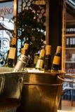 MADRID, ESPAÑA - 12 DE FEBRERO DE 2017: Botellas de vino en hielo en el mercado de Madrid San Miguel Foto de archivo