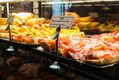 MADRID, ESPAÑA - 12 DE FEBRERO DE 2017: Caso de cristal con diversos tapas en el mercado de Madrid San Miguel Imagen de archivo