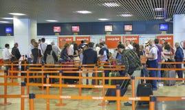 MADRID, ESPAÑA - 28 DE MAYO DE 2014: Interior del aeropuerto de Madrid, aria que espera de la salida Fotografía de archivo