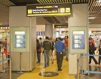 MADRID, ESPAÑA - 28 DE MAYO DE 2014: Interior del aeropuerto de Madrid, aria que espera de la salida Imágenes de archivo libres de regalías