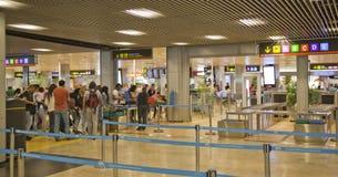 MADRID, ESPAÑA - 28 DE MAYO DE 2014: Interior del aeropuerto de Madrid, aria que espera de la salida Foto de archivo