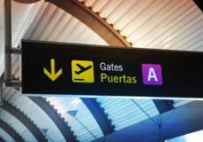MADRID, ESPAÑA - 28 DE MAYO DE 2014: Interior del aeropuerto de Madrid, aria que espera de la salida Fotos de archivo