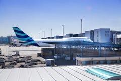 MADRID, ESPAÑA - 28 DE MAYO DE 2014: Interior del aeropuerto de Madrid, aria que espera de la salida Imagen de archivo libre de regalías