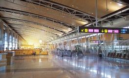 MADRID, ESPAÑA - 28 DE MAYO DE 2014: Interior del aeropuerto de Madrid, aria que espera de la salida Foto de archivo libre de regalías