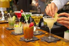MADRID, ESPAÑA - 28 de mayo de 2014 los cócteles y el alcohólico de restauración s bebe en el mercado de Mercado San Miguel, merc Imagen de archivo libre de regalías
