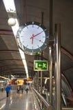 MADRID, ESPAÑA - 28 DE MAYO DE 2014: Reloj, tubo, estación del metro imagenes de archivo