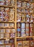 MADRID, ESPAÑA - 28 DE MAYO DE 2014: Tienda de regalos del centro de ciudad de Madrid, dulces españoles y galletas Imagenes de archivo