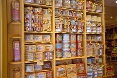 MADRID, ESPAÑA - 28 DE MAYO DE 2014: Tienda de regalos del centro de ciudad de Madrid, dulces españoles y galletas Imagen de archivo libre de regalías