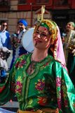 Madrid, España, el 2 de marzo de 2019: Desfile de carnaval, bailarín árabe del grupo con el baile tradicional del traje imágenes de archivo libres de regalías