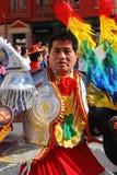 Madrid, España, el 2 de marzo de 2019: Desfile de carnaval, hombre del grupo boliviano de la danza que presenta con el traje trad fotos de archivo