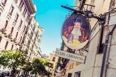 Madrid/España - 07 23 2012: Letrero colorido de una taberna española típica Fotos de archivo