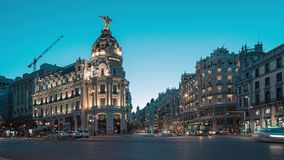 Madrid, Espa?a En junio de 2019: Timelapse Madrid central en la travesía Alcala y la calle de Gran Via en Madrid por crepúsculo almacen de video