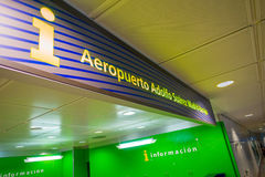 MADRID, ESPAGNE - 18 AOÛT 2017 : Signe instructif de l'aéroport de Madrid Barajas, aéroport international principal de la capital Photographie stock libre de droits