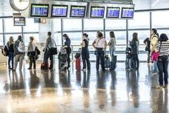 Passagers attendant le départ dans l'aéroport de Madris dû au retard Photographie stock libre de droits
