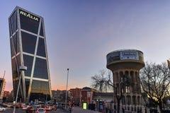 MADRID, ESPAGNE - 23 JANVIER 2018 : La vue de lever de soleil de la porte de l'Europe KIO domine à la rue de Paseo de la Castella Image libre de droits