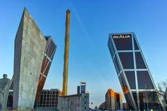 MADRID, ESPAGNE - 23 JANVIER 2018 : La vue de lever de soleil de la porte de l'Europe KIO domine à la rue de Paseo de la Castella Images libres de droits