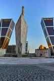 MADRID, ESPAGNE - 23 JANVIER 2018 : La vue de lever de soleil de la porte de l'Europe KIO domine à la rue de Paseo de la Castella Photos stock