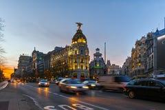 MADRID, ESPAGNE - 23 JANVIER 2018 : Vue de coucher du soleil de mamie par l'intermédiaire de et du bâtiment de métropole dans la  Photo stock