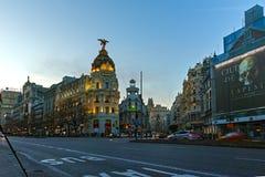 MADRID, ESPAGNE - 23 JANVIER 2018 : Vue de coucher du soleil de mamie par l'intermédiaire de et du bâtiment de métropole dans la  Photo libre de droits