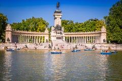 Madrid, Espagne - 15, juin 2014 : les gens montant de petits bateaux chez Parq Image stock