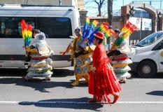 Madrid, Espagne, le 2 mars 2019 : Célébration de carnaval, membres du groupe bolivien de danse marchant après le défilé avec trad images stock