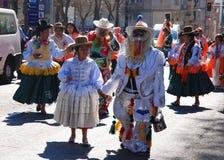 Madrid, Espagne, le 2 mars 2019 : Défilé de carnaval, danseurs boliviens de groupe avec l'exécution traditionnelle de costume photo stock