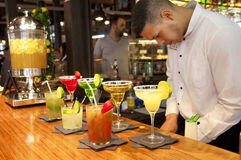 MADRID, ESPAGNE - 28 mai 2014 les cocktails et l'alcoolique régénérateur s boit sur le marché de Mercado San Miguel, marché célèb Images libres de droits