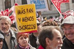 Démonstrateurs à Madrid avec la plaquette et les drapeaux. Images stock