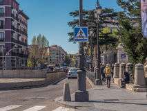 MADRID, ESPAGNE - MARS 2017 : Une rue ordinaire près de parc d'EL Retiro Photo stock
